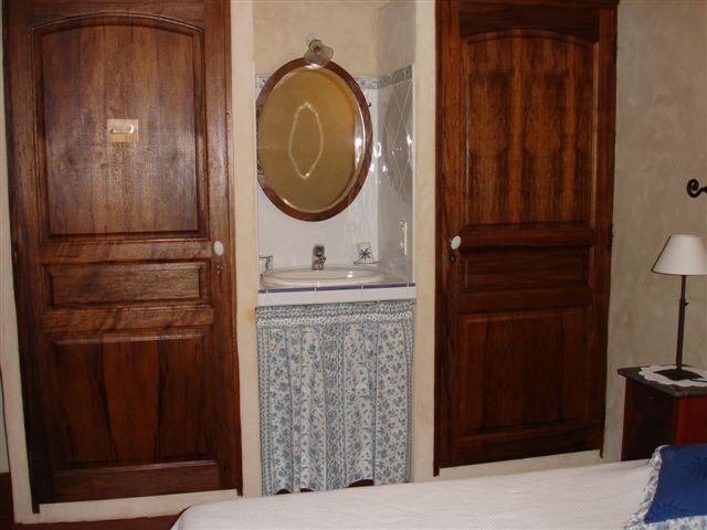 Chambre au rez de chaussée avec coin lavabo